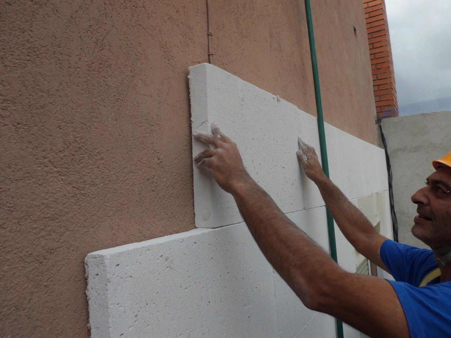 Colocaci n de aislante t rmico en calle berl n de barcelona sistema sate construcciones ambel - Aislante de calor para techos ...